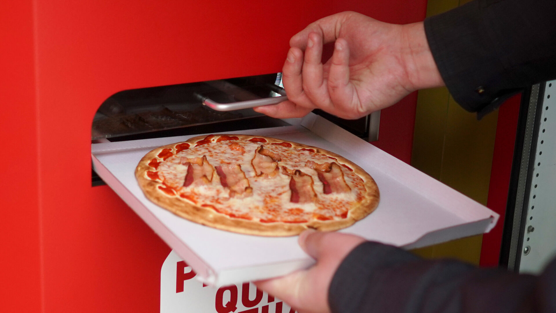 <p>The pizza comes out on its preheated box.</p>